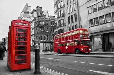 Cabine tГ©lГ©phonique et bus rouges Г  Londres (UK)